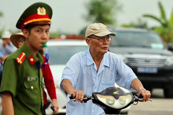 Người dân Ninh Bình ôm di ảnh Chủ tịch nước đón linh cữu ảnh 8