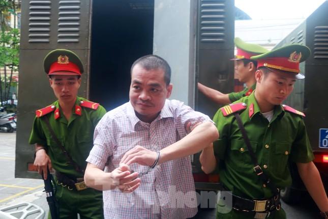 Vợ và em gái ông Triệu Tài Vinh vắng mặt tại tòa xử gian lận thi ở Hà Giang ảnh 2