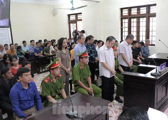 Vợ và em gái ông Triệu Tài Vinh vắng mặt tại tòa xử gian lận thi ở Hà Giang ảnh 1