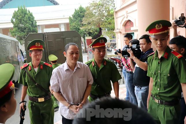Vợ và em gái ông Triệu Tài Vinh vắng mặt tại tòa xử gian lận thi ở Hà Giang ảnh 3