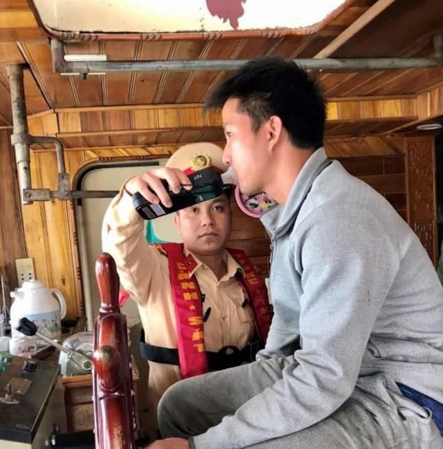 CSGT xuống sông phạt 'ma men' lái tàu thủy ở Bắc Ninh ảnh 1