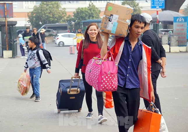 Người dân 'tay xách nách mang' về quê ăn Tết, cửa ngõ Thủ đô Hà Nội tê liệt ảnh 3