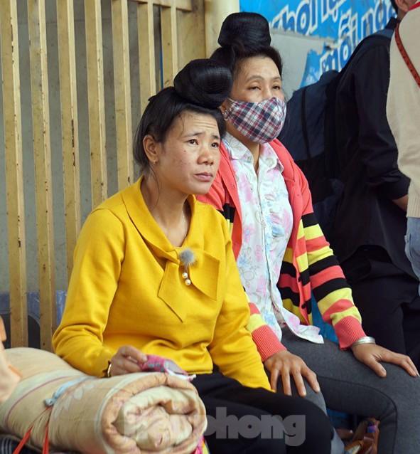 Người dân 'tay xách nách mang' về quê ăn Tết, cửa ngõ Thủ đô Hà Nội tê liệt ảnh 6