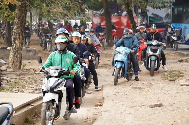 Người dân 'tay xách nách mang' về quê ăn Tết, cửa ngõ Thủ đô Hà Nội tê liệt ảnh 10