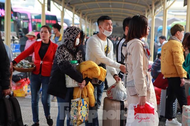 Người dân 'tay xách nách mang' về quê ăn Tết, cửa ngõ Thủ đô Hà Nội tê liệt ảnh 2