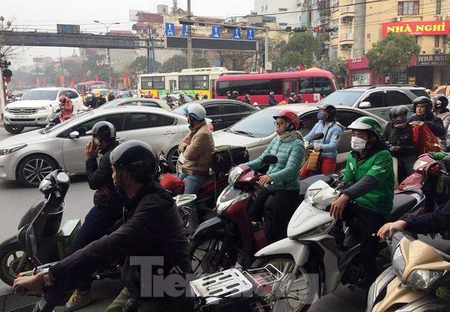 Người dân 'tay xách nách mang' về quê ăn Tết, cửa ngõ Thủ đô Hà Nội tê liệt ảnh 11