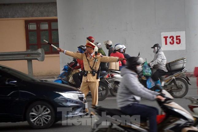 Người dân 'tay xách nách mang' về quê ăn Tết, cửa ngõ Thủ đô Hà Nội tê liệt ảnh 12
