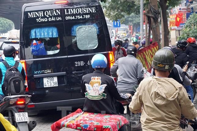 Người dân chở đào, quất về quê đón Tết, đường phố Hà Nội tê liệt ảnh 8