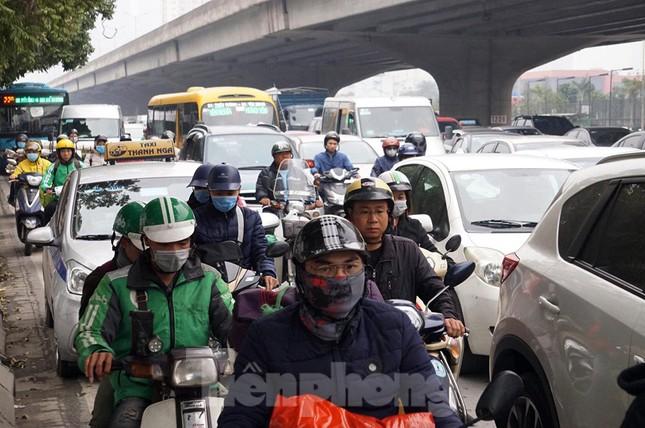 Người dân chở đào, quất về quê đón Tết, đường phố Hà Nội tê liệt ảnh 4