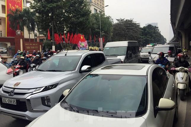 Người dân chở đào, quất về quê đón Tết, đường phố Hà Nội tê liệt ảnh 11
