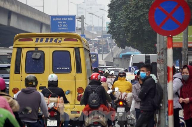 Người dân chở đào, quất về quê đón Tết, đường phố Hà Nội tê liệt ảnh 12