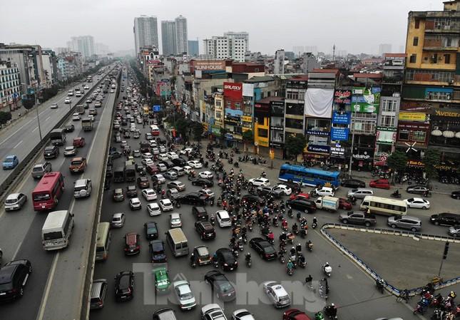 Người dân chở đào, quất về quê đón Tết, đường phố Hà Nội tê liệt ảnh 1