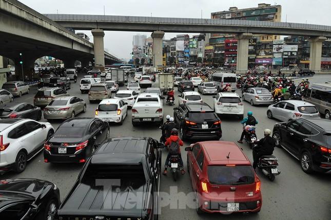 Người dân chở đào, quất về quê đón Tết, đường phố Hà Nội tê liệt ảnh 2