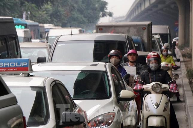 Người dân chở đào, quất về quê đón Tết, đường phố Hà Nội tê liệt ảnh 5