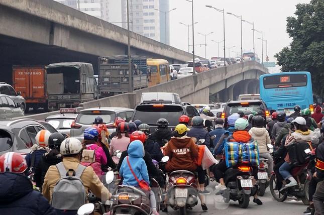Người dân chở đào, quất về quê đón Tết, đường phố Hà Nội tê liệt ảnh 3