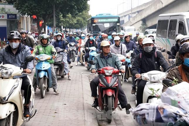 Người dân chở đào, quất về quê đón Tết, đường phố Hà Nội tê liệt ảnh 6