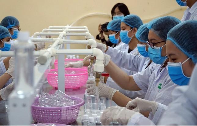 Cận cảnh xưởng chế cồn rửa tay hỗ trợ người dân Sơn Lôi - Vĩnh Phúc ảnh 5
