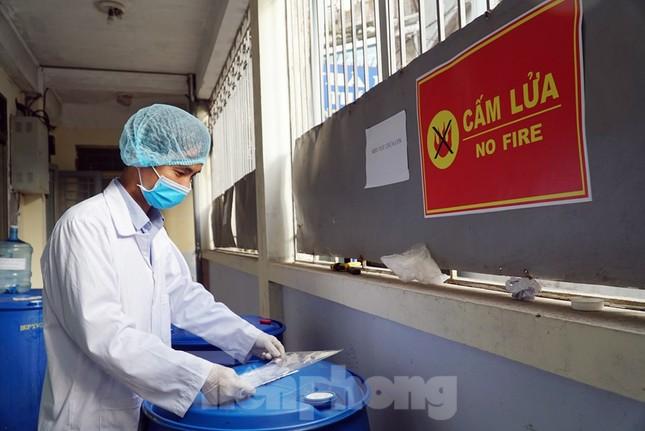Cận cảnh xưởng chế cồn rửa tay hỗ trợ người dân Sơn Lôi - Vĩnh Phúc ảnh 2