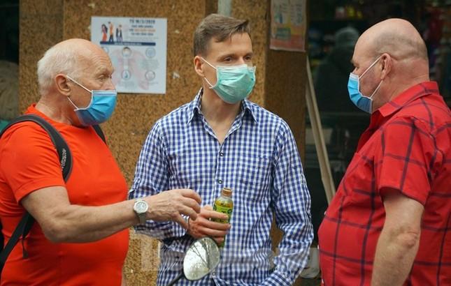 Ngày đầu bắt buộc đeo khẩu trang nơi công cộng ở Hà Nội ảnh 19