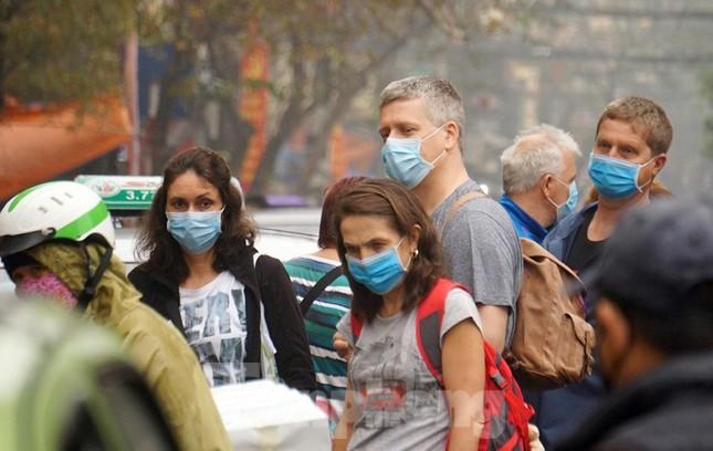 Ngày đầu bắt buộc đeo khẩu trang nơi công cộng ở Hà Nội ảnh 18