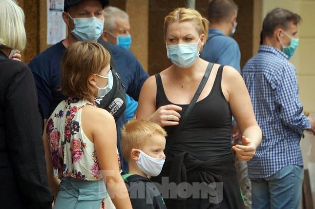 Ngày đầu bắt buộc đeo khẩu trang nơi công cộng ở Hà Nội ảnh 21