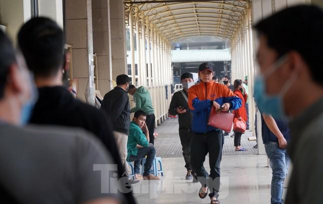 Ngày đầu bắt buộc đeo khẩu trang nơi công cộng ở Hà Nội ảnh 12