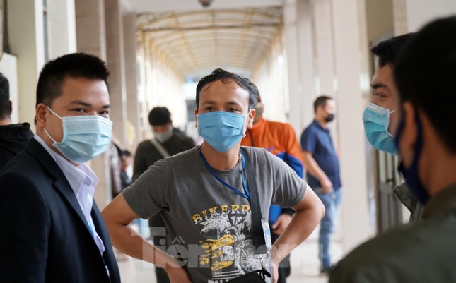 Ngày đầu bắt buộc đeo khẩu trang nơi công cộng ở Hà Nội ảnh 13