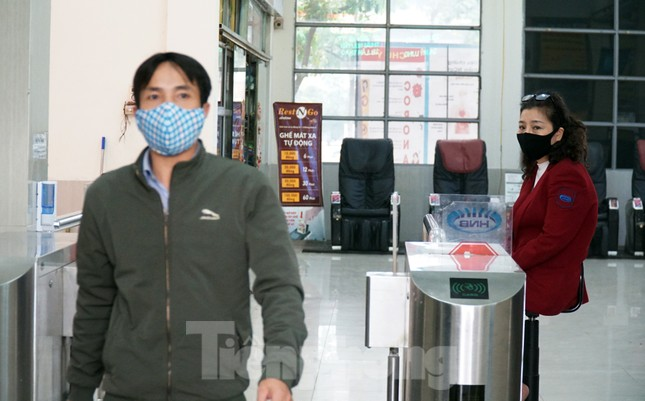 Ngày đầu bắt buộc đeo khẩu trang nơi công cộng ở Hà Nội ảnh 15