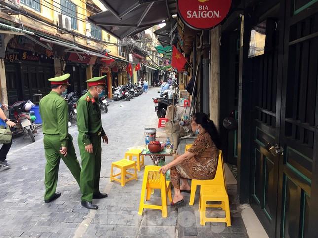 Theo chân cảnh sát đi tuần, phạt người không đeo khẩu trang nơi công cộng ảnh 2