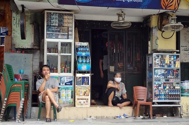 Cuộc sống phố cổ Hà Nội những ngày căng sức chống dịch COVID-19 ảnh 3
