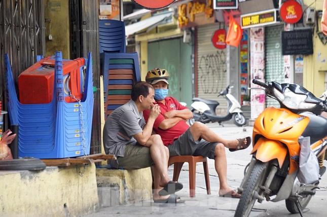 Cuộc sống phố cổ Hà Nội những ngày căng sức chống dịch COVID-19 ảnh 5