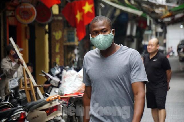 Cuộc sống phố cổ Hà Nội những ngày căng sức chống dịch COVID-19 ảnh 10