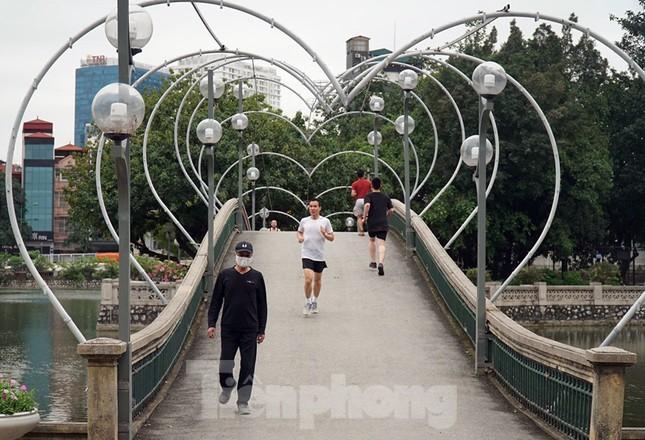 Công viên ở Hà Nội đồng loạt đóng cửa để cách ly toàn xã hội ảnh 8
