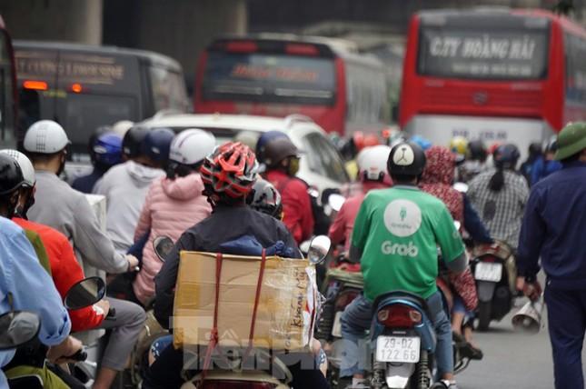 Người dân ùn ùn về quê ngày 30/4, nhiều tuyến phố Hà Nội tê liệt ảnh 4