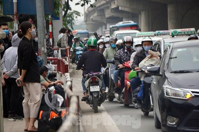 Người dân ùn ùn về quê ngày 30/4, nhiều tuyến phố Hà Nội tê liệt ảnh 11