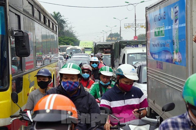 Người dân ùn ùn về quê ngày 30/4, nhiều tuyến phố Hà Nội tê liệt ảnh 7