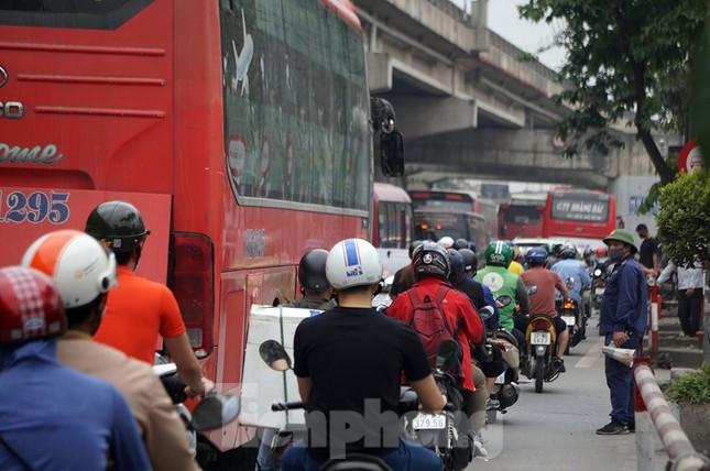 Người dân ùn ùn về quê ngày 30/4, nhiều tuyến phố Hà Nội tê liệt ảnh 6
