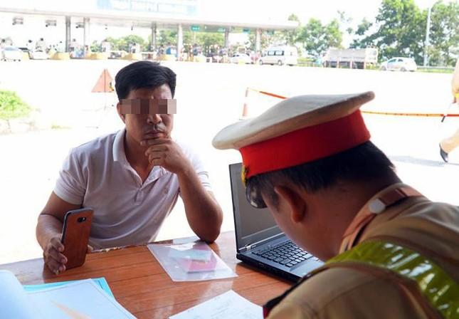 Mục kích cảnh sát tổng kiểm soát giao thông trên cao tốc Nội Bài - Lào Cai ảnh 5