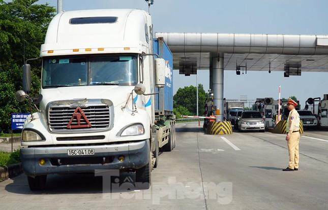 Mục kích cảnh sát tổng kiểm soát giao thông trên cao tốc Nội Bài - Lào Cai ảnh 1