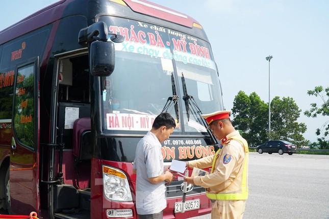 Mục kích cảnh sát tổng kiểm soát giao thông trên cao tốc Nội Bài - Lào Cai ảnh 2