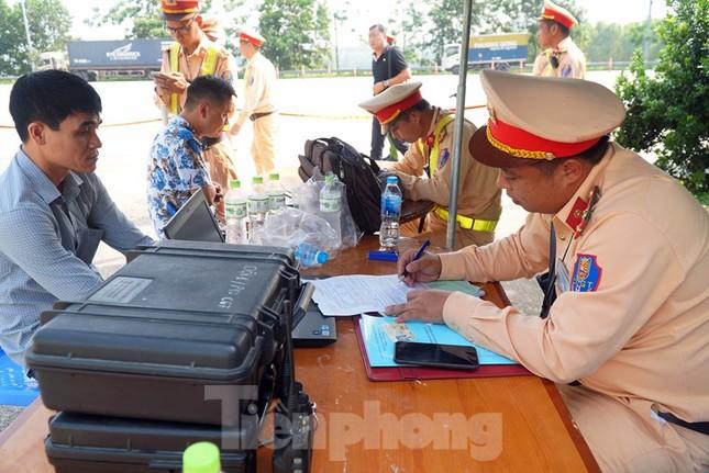 Mục kích cảnh sát tổng kiểm soát giao thông trên cao tốc Nội Bài - Lào Cai ảnh 4
