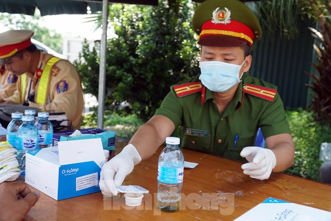 Mục kích cảnh sát tổng kiểm soát giao thông trên cao tốc Nội Bài - Lào Cai ảnh 8