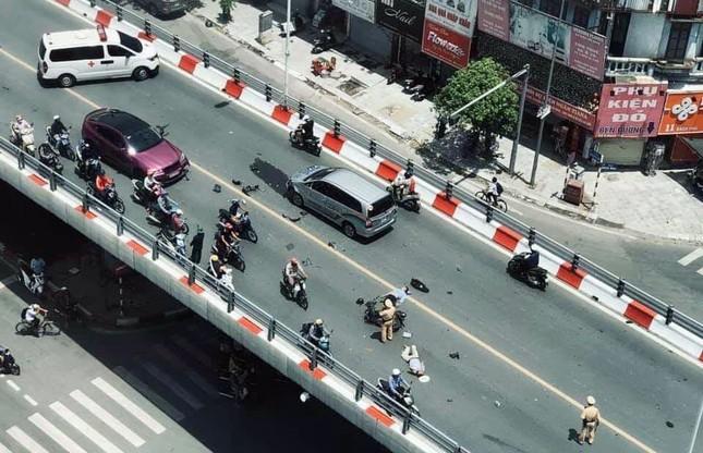 Tai nạn liên hoàn trên cầu vượt giữa trưa nắng, 2 thanh niên nhập viện ảnh 1
