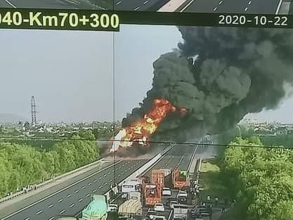Xe bồn cháy dữ dội trên cao tốc Hà Nội - Hải Phòng ảnh 1