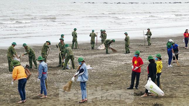 Chung tay làm sạch bãi biển Đồ Sơn, trao tặng khu vui chơi thiếu nhi ảnh 4