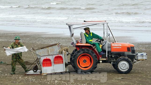 Chung tay làm sạch bãi biển Đồ Sơn, trao tặng khu vui chơi thiếu nhi ảnh 12