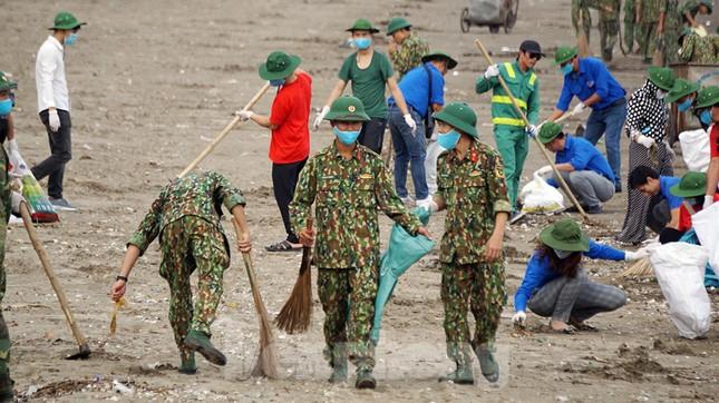 Chung tay làm sạch bãi biển Đồ Sơn, trao tặng khu vui chơi thiếu nhi ảnh 11