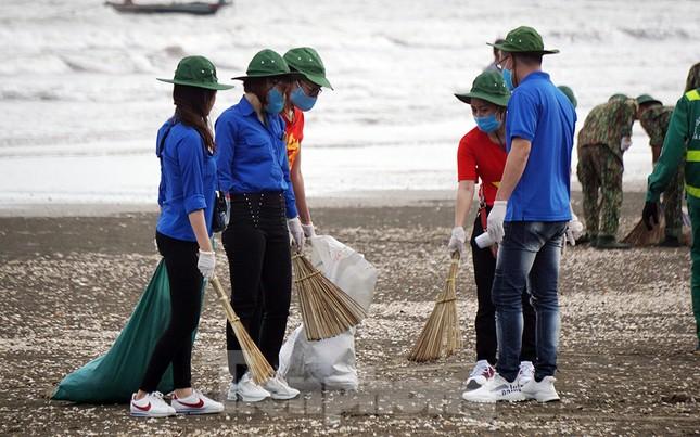 Chung tay làm sạch bãi biển Đồ Sơn, trao tặng khu vui chơi thiếu nhi ảnh 7