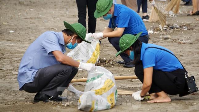 Chung tay làm sạch bãi biển Đồ Sơn, trao tặng khu vui chơi thiếu nhi ảnh 8