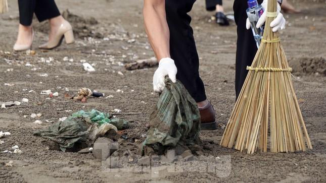 Chung tay làm sạch bãi biển Đồ Sơn, trao tặng khu vui chơi thiếu nhi ảnh 9